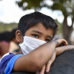 garoto-usa-mascara-para-se-proteger-de-infeccao-pelo-novo-coronavirus.jpg