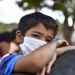 garoto-usa-mascara-para-se-proteger-de-infeccao-pelo-novo-coronavirus-750×500.jpg